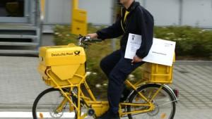 Bunte Briefträger rücken der gelben Post zu Leibe