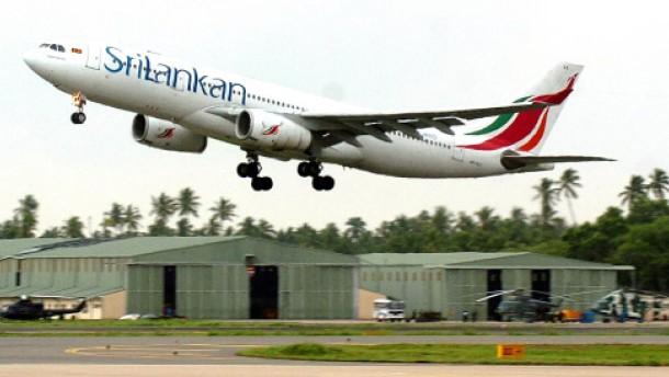 Unfall beim Rangieren: Brücke reißt Loch in Airbus