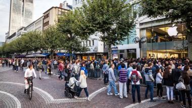 In der Frankfurter Innenstadt warten Menschen auf den Verkaufsbeginn der neuen iPhones