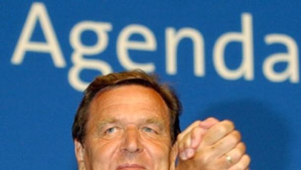Schröder droht und setzt sich durch