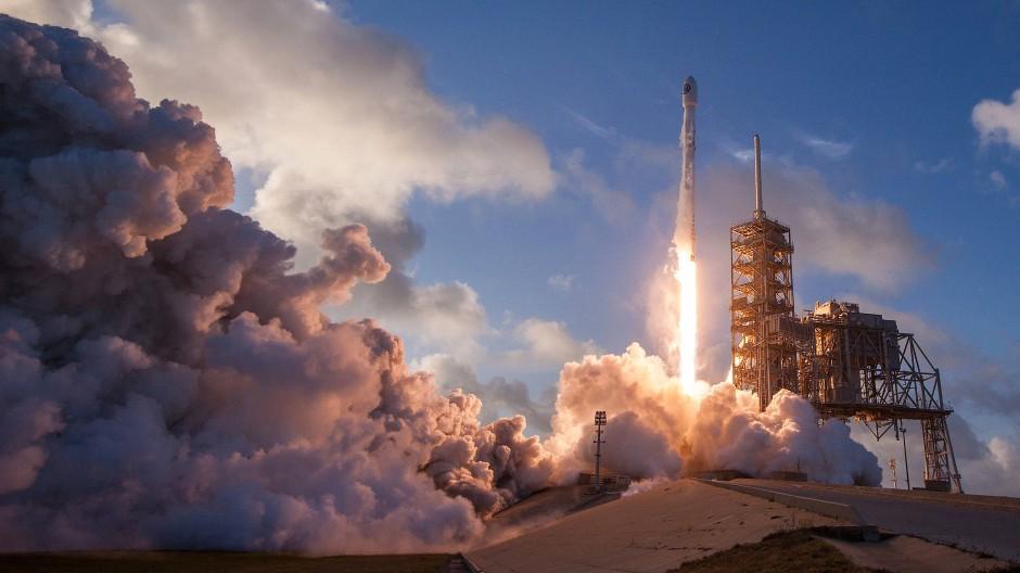 SpaceX befördert erstmals amerikanischen Militärsatellit ins All
