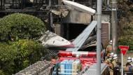 Kleinflugzeug stürzt in Wohngebiet
