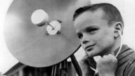 """Kommt Ihnen das bekannt vor? Der achtjährige Steve Soltesz aus Detroit konnte mit seinem sogenannten """"Big Ear"""" Gespräche in einem Umkreis von bis zu 70 Metern belauschen. (Aufnahme vom September 1967). Protestierende Nachbarn, die sich bespitzelt fühlten, schalteten die Polizei ein. Diese konnte auf Grund einer Gesetzeslücke nichts gegen den """"Lauschangriff"""" des Jungen unternehmen."""