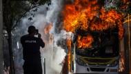 Demonstranten zünden zwei Busse an