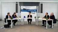 Tarek Al-Wazir, Uwe Frankenberger, Jörg-Uwe Hahn und Alois Rhiel (von links) diskutieren mit F.A.Z.-Redakteur Manfred Köhler (Mitte).