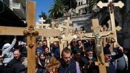 Christen pilgern auf Via Dolorosa