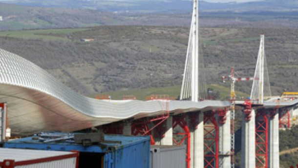 Sieben stählerne Harfen halten den Fahrbahnträger in der Waage
