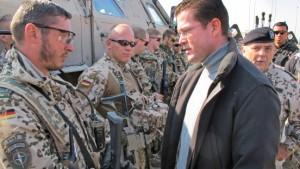 Voller Einsatz -<B> </B>Guttenberg erwägt Truppenverstärkung