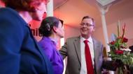 Grund zum Jubeln: die Vorsitzende der Linkspartei, Katja Kipping, sowie Bodo Ramelow und seine Frau auf der Wahlparty der Linkspartei in Erfurt
