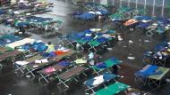 Tausende Flüchtlinge werden in Messehallen untergebracht