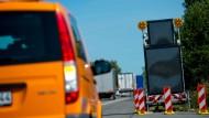 Verkehrsschilder warnen vor desorientierten Flüchtlingen