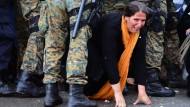 Polizisten verprügeln Flüchtlinge bei Einreise