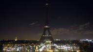 Eiffelturm verschwindet in der Dunkelheit