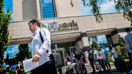 Bulgaren holen ihre Erspartes ab
