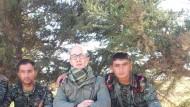 Christian Haller in Nordsyrien mit zwei Kämpfern der YPG