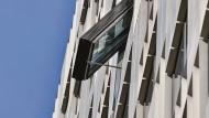 Frische Luft kommt durch ein offenes Fenster. Am Leo in Frankfurt schwenkt dabei das gesamte Element der Fassade mit