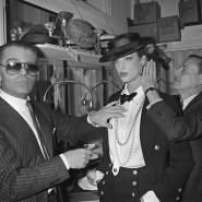 Karl Lagerfeld 1983 in Paris beim Einkleiden eines Models vor der Chanel-Schau