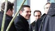 Angekommen: Der griechische Ministerpräsident Alexis Tsipras (2. von links) am Montag in Berlin.
