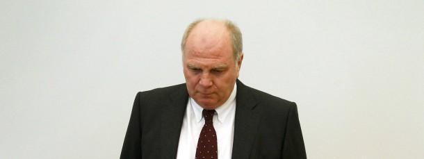 Uli Hoeneß betritt im März 2014 zu Beginn seines Prozesses den Gerichtssaal in München