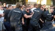 Mob wirft Steine auf Flüchtlingsheim