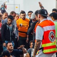 Flüchtlinge versammeln sich am Eingang des Aufnahmelagers an der Bremer Straße in Dresden am 29.Juli 2015 zu einer Sitzblockade. Sie protestieren damit gegen die Bedingungen im Lager und verlangen unter anderem feste Behausungen.
