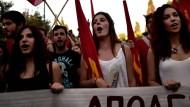 """Mitglieder der Kommunistischen Partei (KKE) demonstrieren für ein """"Nein"""" im Referendum."""