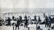 Soldaten beim Baden an der von deutschen Truppen besetzten Nordseeküste Belgiens.