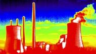 Auch Eons Kohlekraftwerk in Grosskrotzenburg bei Frankfurt, hier aufgenommen mit einer Wärmebildkamera, kommt in die neue Gesellschaft.