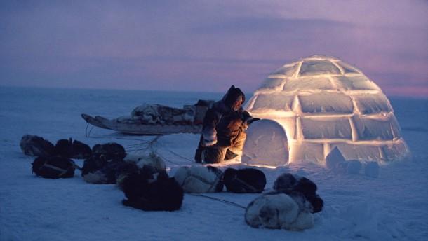 Inuitter er urbefolkning av mongolsk opprinnelse som lever på Grønland  i Alaska og CanadaOrdet inuit er grønlandsk og betyr menneskene entallsformen er inuk Tradisjonelt var inuittene et nomadefolk som levde av jakt og fiske Noen holder fast på tradisjonene men bruker likevel moderne hjelpemidler som snøscootere og skytevåpen