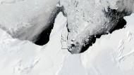 Das Ronne-Filchner-Eisschelf, die zweitgrößte permanenten Eisdecke in der Antarktis. Immer wieder bricht Eis in der Antarktis ab, dort waren es vor vier Jahren mehr als 4000 Quadratkilometer an einem Tag. Zum Vergleich: Das Saarland ist etwa 2700 Quadratkilometer groß.