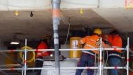 Anheberei: Arbeiter positionieren hydraulische Pressen unter der Schiersteiner Brücke.