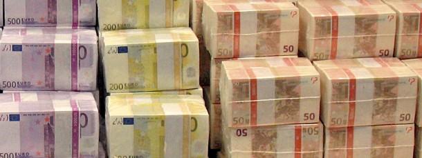 Trotz niedriger Zinsen brachten die meisten Europäer auch 2013 einen großen Teil ihrer Ersparnisse zur Bank.