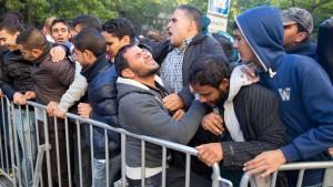 Sicherheitskräfte prügeln auf Flüchtlinge ein